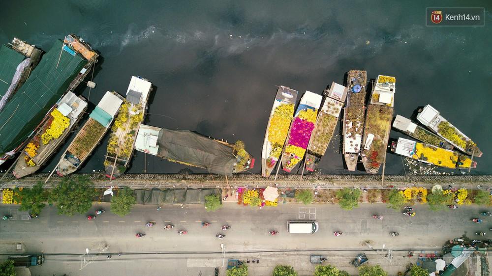 Chùm ảnh: Những chiếc thuyền đầy ắp hoa xuân cập bến ở Sài Gòn qua góc nhìn xinh xắn từ flycam - Ảnh 2.