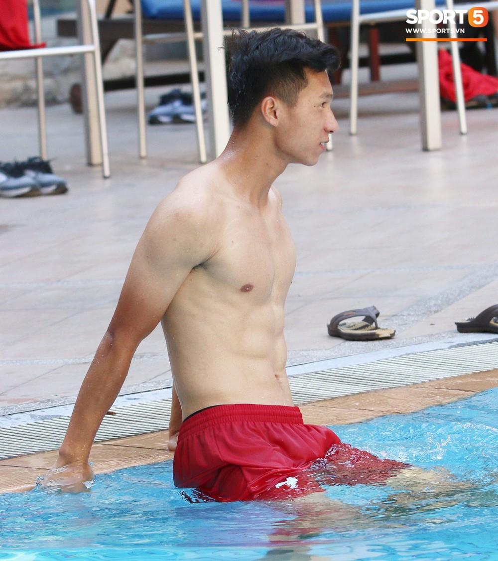 Chẳng kém các đàn anh, U22 Việt Nam cũng có rất nhiều cực phẩm khi vui đùa bên bể bơi - Ảnh 1.