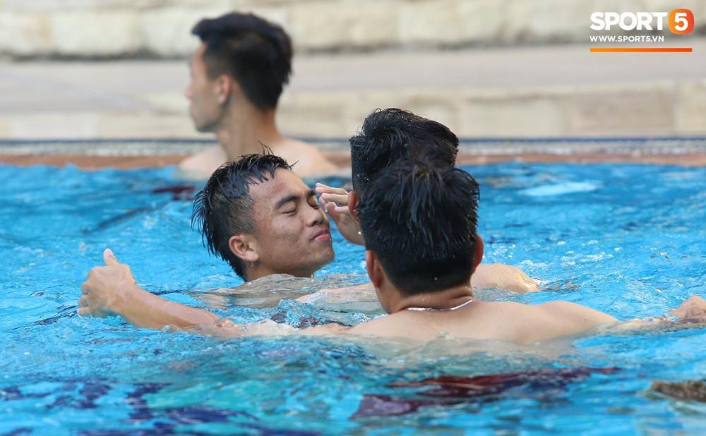 Chẳng kém các đàn anh, U22 Việt Nam cũng có rất nhiều cực phẩm khi vui đùa bên bể bơi - Ảnh 7.