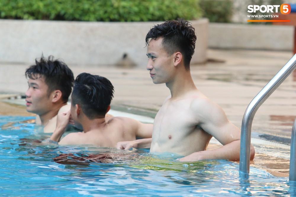 Chẳng kém các đàn anh, U22 Việt Nam cũng có rất nhiều cực phẩm khi vui đùa bên bể bơi - Ảnh 5.