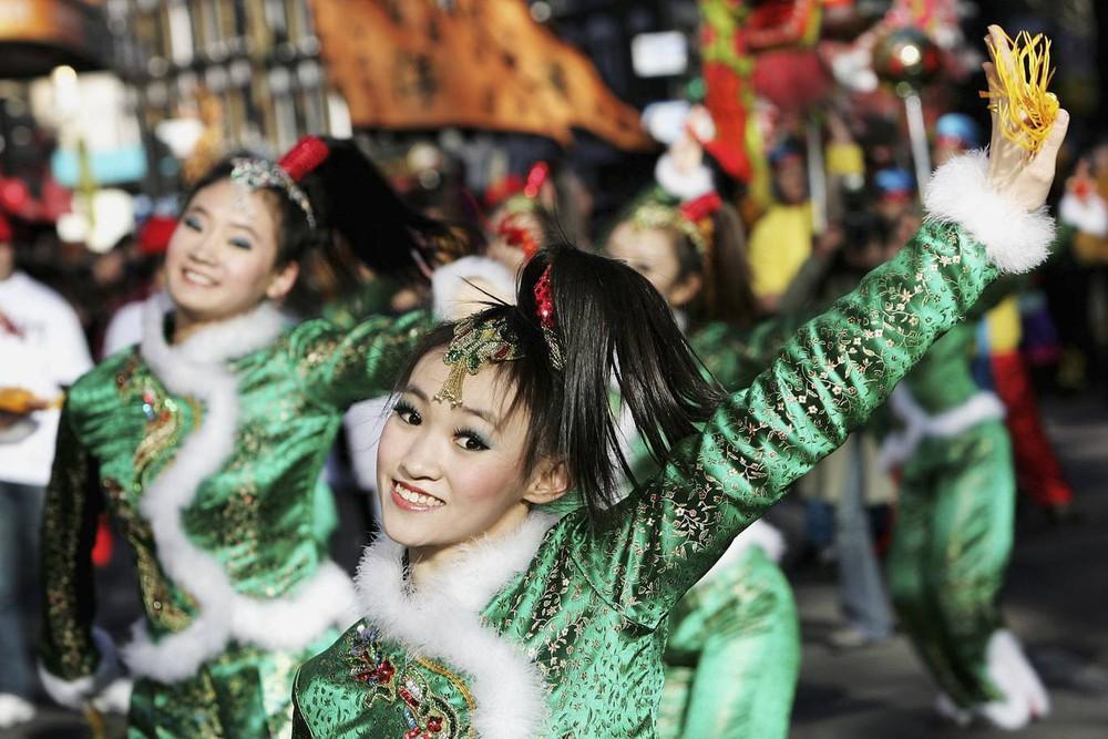 Ngắm khung cảnh rộn ràng đón Tết Nguyên Đán tại Chinatown ở London trong nửa thế kỷ qua - Ảnh 13.