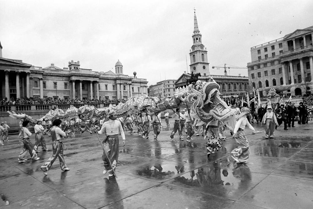 Ngắm khung cảnh rộn ràng đón Tết Nguyên Đán tại Chinatown ở London trong nửa thế kỷ qua - Ảnh 2.