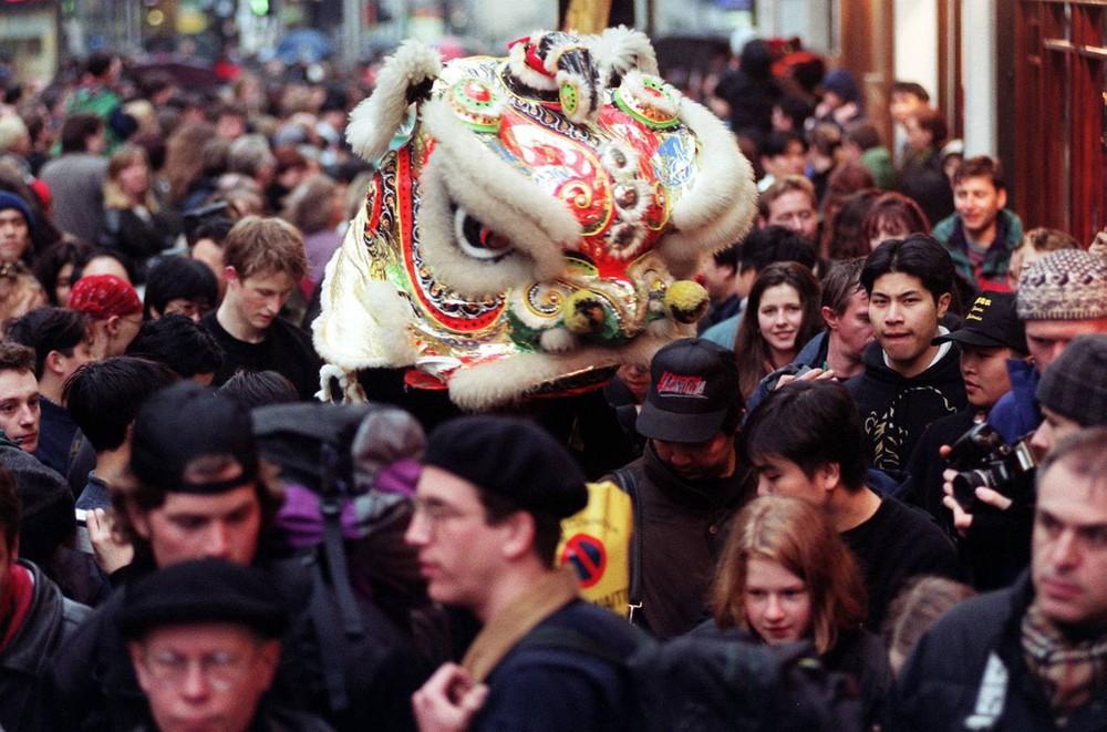 Ngắm khung cảnh rộn ràng đón Tết Nguyên Đán tại Chinatown ở London trong nửa thế kỷ qua - Ảnh 8.