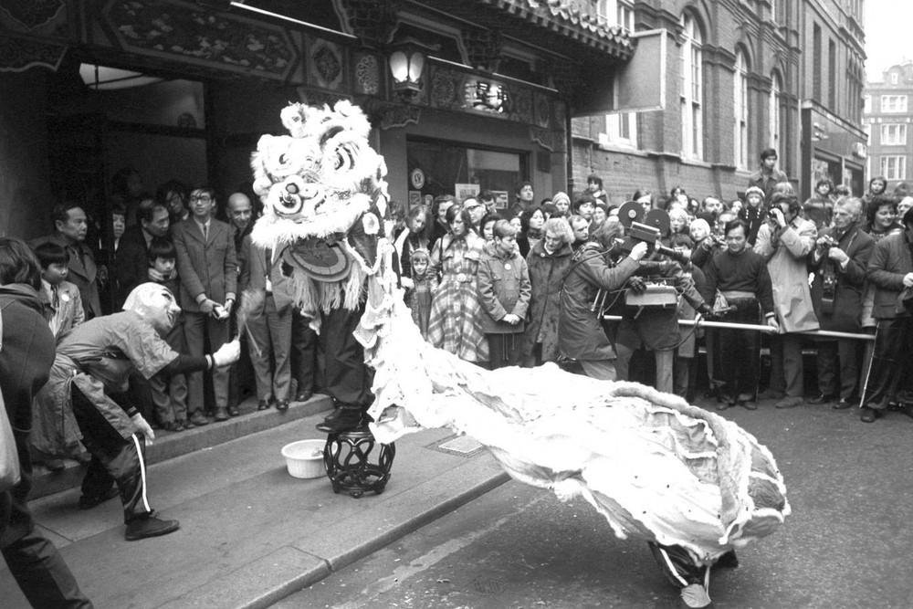 Ngắm khung cảnh rộn ràng đón Tết Nguyên Đán tại Chinatown ở London trong nửa thế kỷ qua - Ảnh 1.