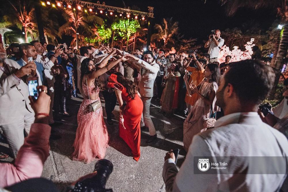 Chùm ảnh: Những khoảnh khắc ấn tượng nhất trong hôn lễ chính thức của cặp đôi tỷ phú Ấn Độ bên bờ biển Phú Quốc - Ảnh 15.