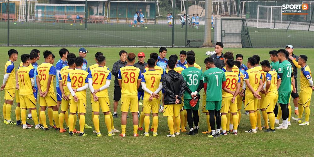 Đá ma mà cũng nắm chặt tay nhau thế này, bảo sao tuyển U23 Việt Nam luôn đoàn kết - Ảnh 1.