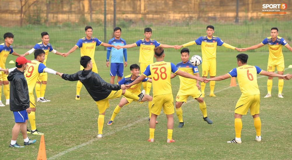 Đá ma mà cũng nắm chặt tay nhau thế này, bảo sao tuyển U23 Việt Nam luôn đoàn kết - Ảnh 5.