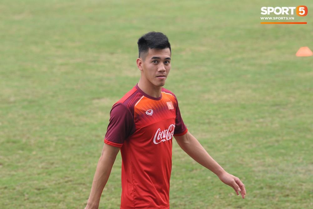 Bằng chứng cho thấy Đình Trọng chẳng làm gì cũng auto chiếm spotlight của các thầy tuyển U23 Việt Nam - Ảnh 10.