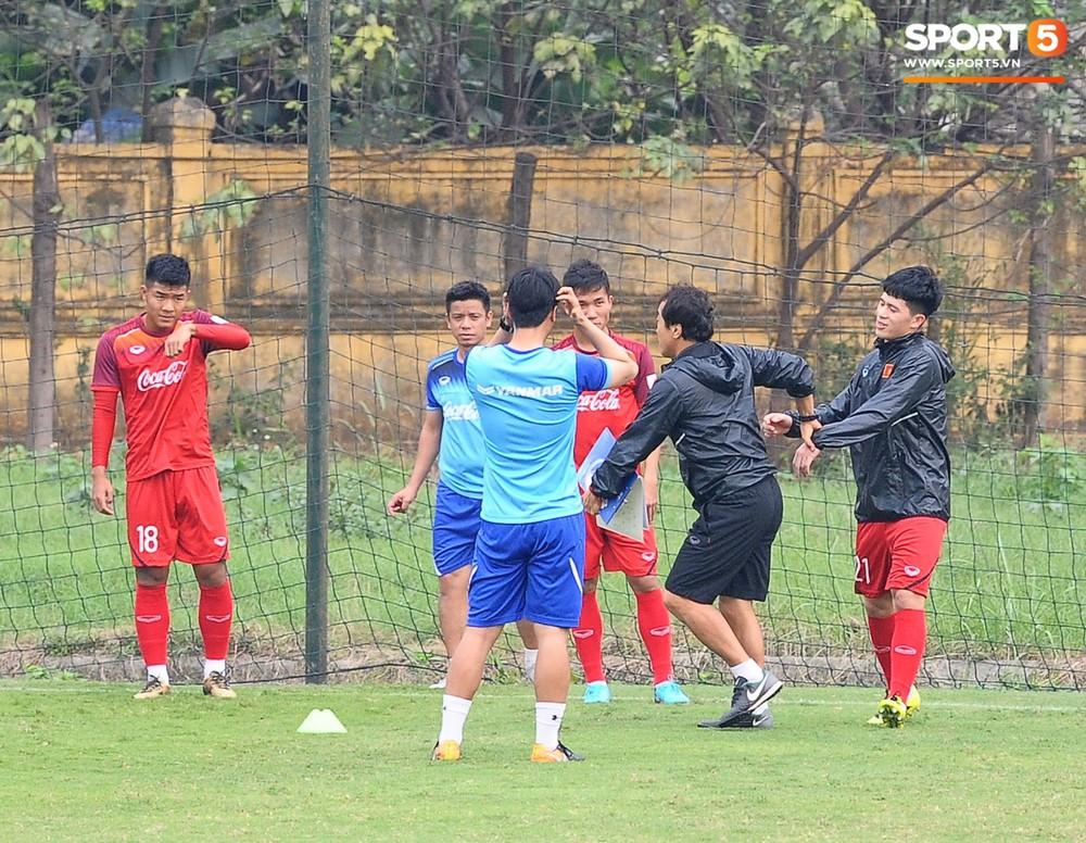 Bằng chứng cho thấy Đình Trọng chẳng làm gì cũng auto chiếm spotlight của các thầy tuyển U23 Việt Nam - Ảnh 3.