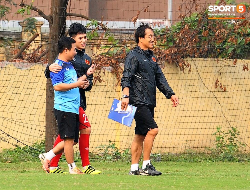 Bằng chứng cho thấy Đình Trọng chẳng làm gì cũng auto chiếm spotlight của các thầy tuyển U23 Việt Nam - Ảnh 7.