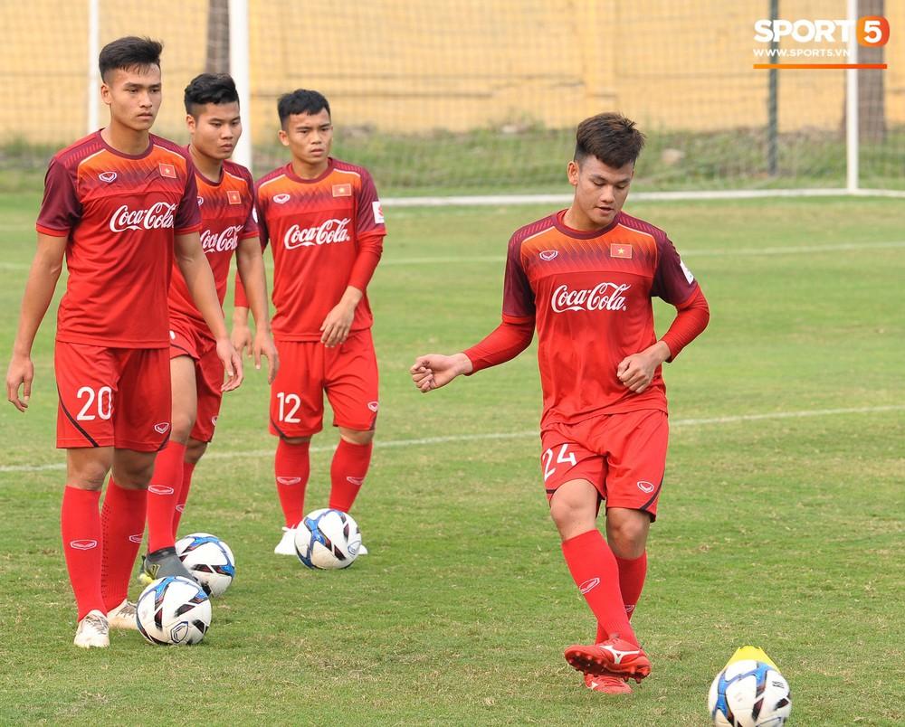 Bằng chứng cho thấy Đình Trọng chẳng làm gì cũng auto chiếm spotlight của các thầy tuyển U23 Việt Nam - Ảnh 9.