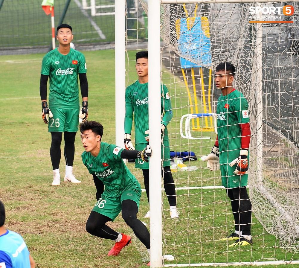 Bằng chứng cho thấy Đình Trọng chẳng làm gì cũng auto chiếm spotlight của các thầy tuyển U23 Việt Nam - Ảnh 12.