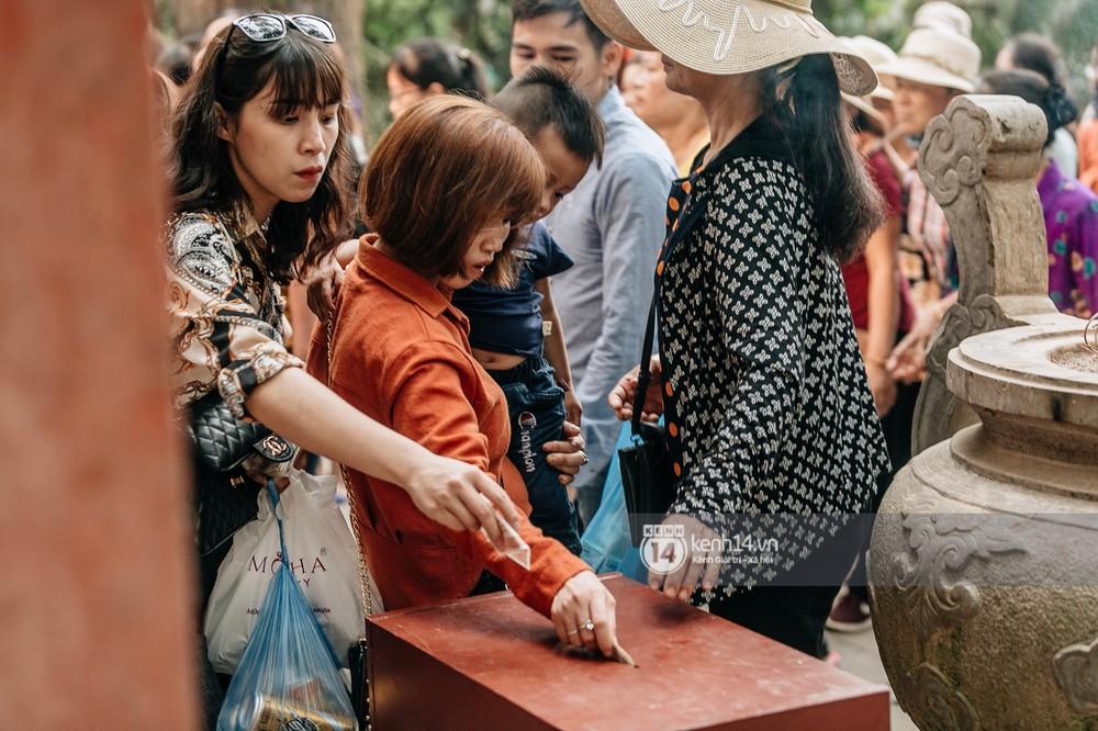 Chùm ảnh: Em nhỏ hoảng sợ khóc thét, được người nhà lôi kéo chen chúc giữa biển người tiến vào đền Hùng - Ảnh 26.