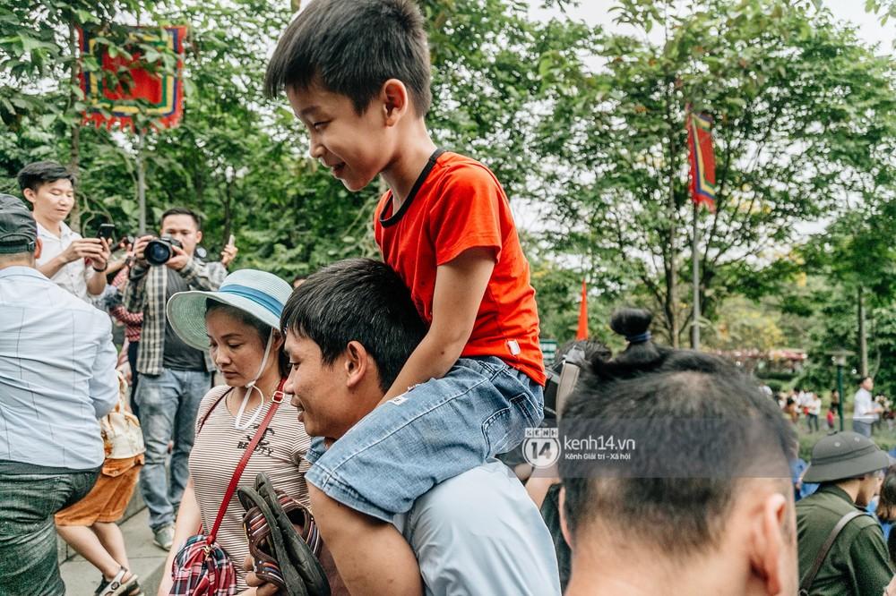 Chùm ảnh: Em nhỏ hoảng sợ khóc thét, được người nhà lôi kéo chen chúc giữa biển người tiến vào đền Hùng - Ảnh 17.