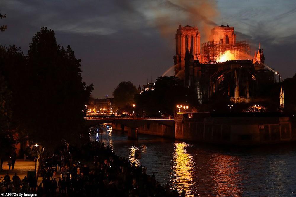 Những hình ảnh thảm khốc khi ngọn lửa lớn tàn phá Nhà thờ Đức Bà Paris tối 15/4 - Ảnh 15.