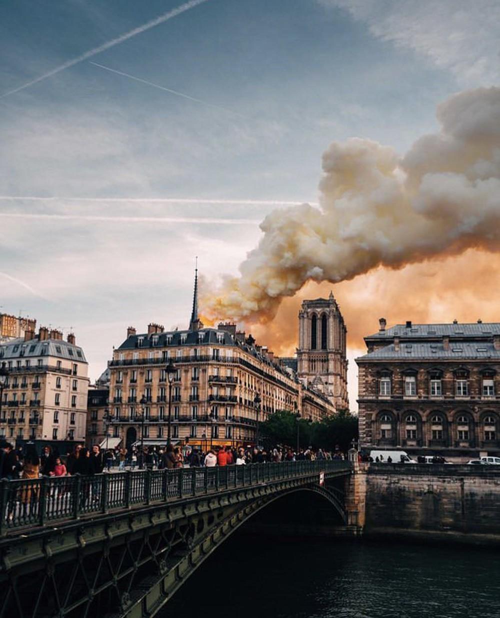 Những hình ảnh thảm khốc khi ngọn lửa lớn tàn phá Nhà thờ Đức Bà Paris tối 15/4 - Ảnh 3.