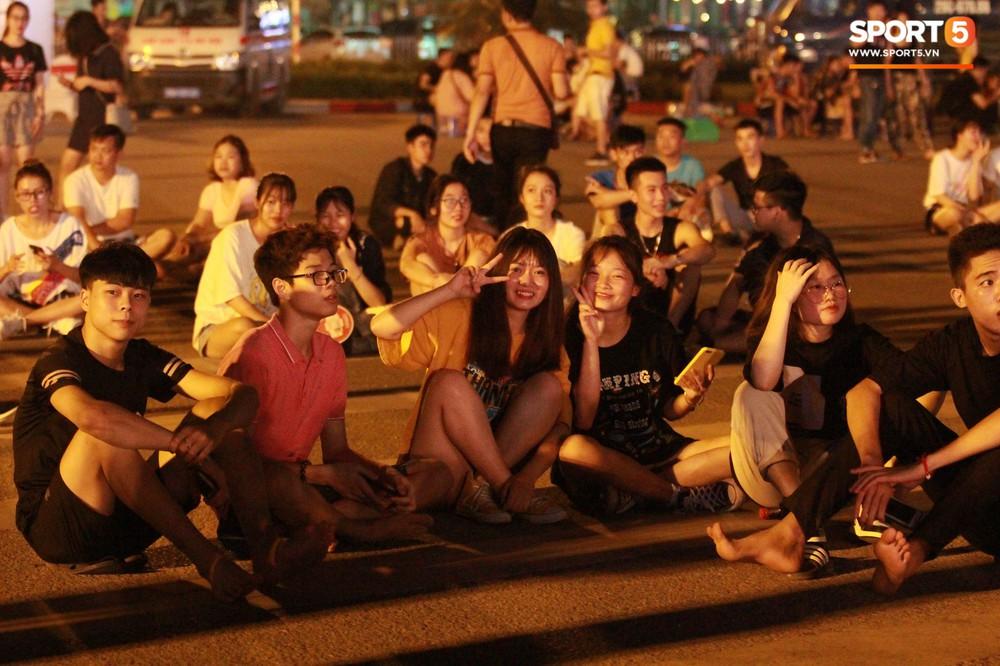 Muôn vàn cảm xúc của người dân Việt khi chứng kiến tận mắt những chiếc xe F1 ngay tại Hà Nội - Ảnh 14.