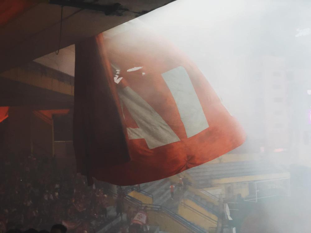KINH HOÀNG: CĐV Hải Phòng biến Hàng Đẫy thành biển lửa - Ảnh 11.