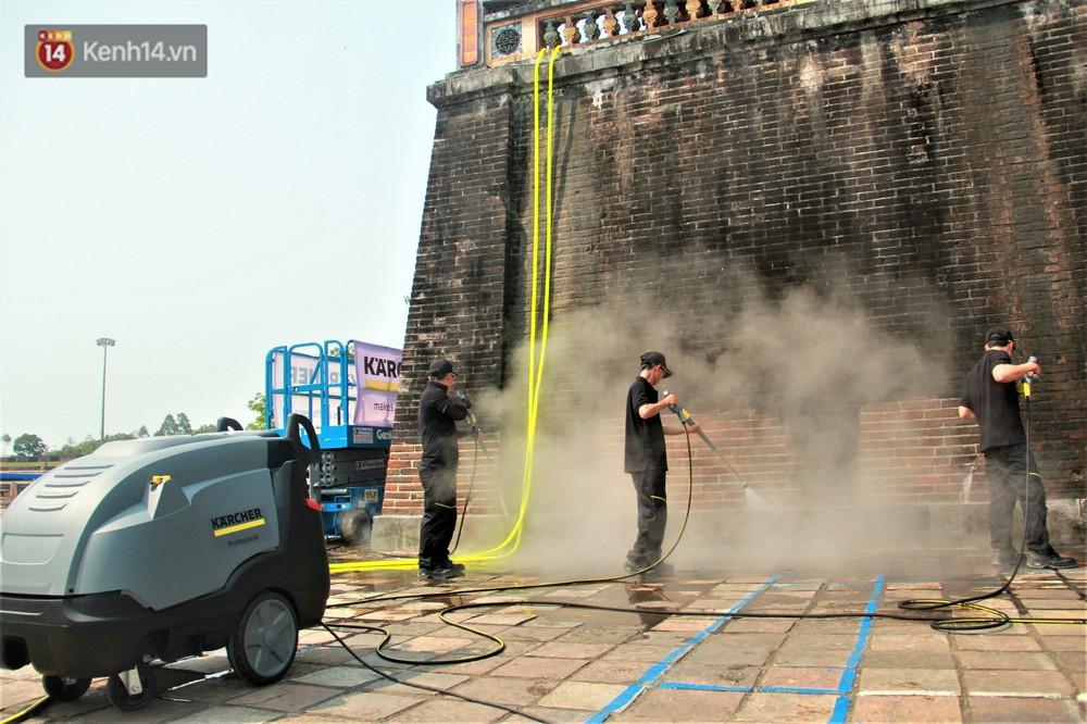 Cổng Ngọ Môn của Đại Nội Huế được khoác áo mới bằng công nghệ hơi nước nóng, trả lại màu sắc như 186 năm trước - Ảnh 2.