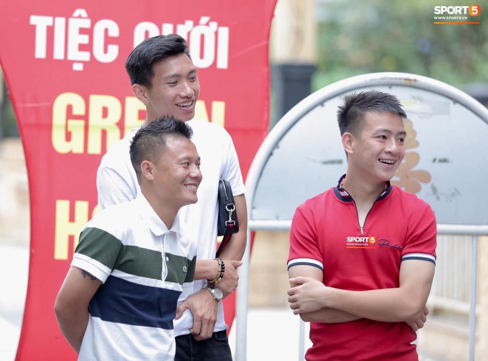 Dàn sao Hà Nội FC hóa soái ca áo trắng đến dự lễ cưới Hùng Dũng - Ảnh 7.