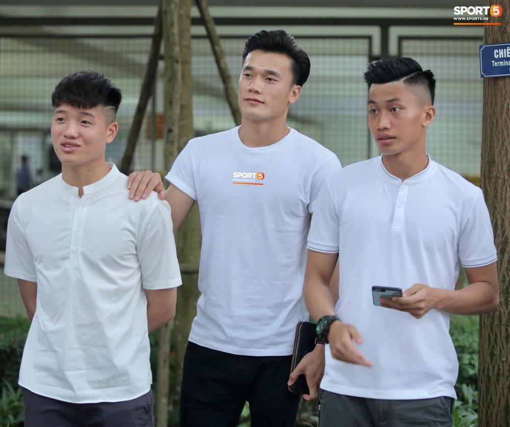 Dàn sao Hà Nội FC hóa soái ca áo trắng đến dự lễ cưới Hùng Dũng - Ảnh 6.