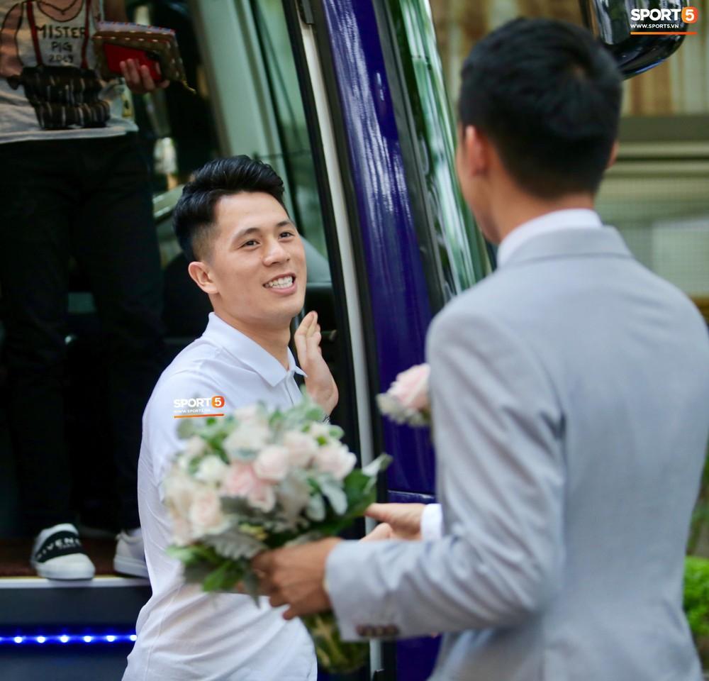 Dàn sao Hà Nội FC hóa soái ca áo trắng đến dự lễ cưới Hùng Dũng - Ảnh 2.
