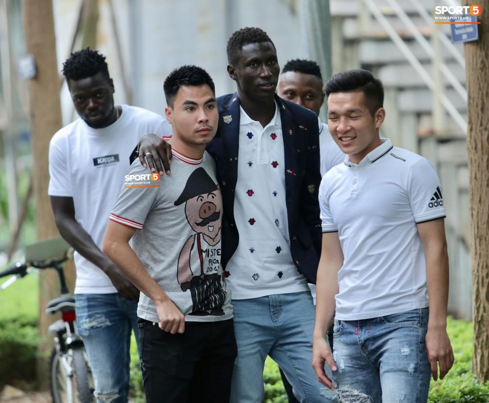 Dàn sao Hà Nội FC hóa soái ca áo trắng đến dự lễ cưới Hùng Dũng - Ảnh 9.