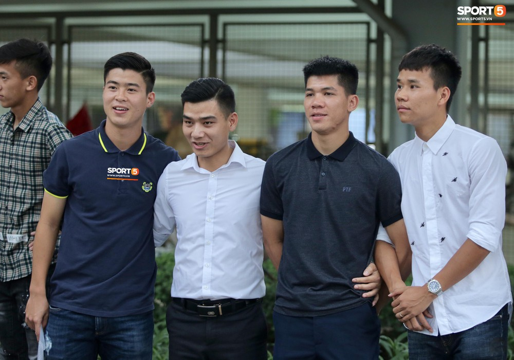 Dàn sao Hà Nội FC hóa soái ca áo trắng đến dự lễ cưới Hùng Dũng - Ảnh 8.
