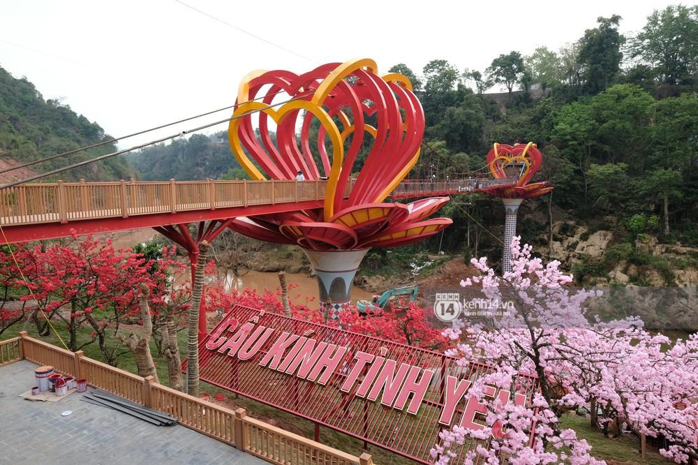 Cận cảnh chiếc cầu kính trong suốt tại Mộc Châu trước ngày khánh thành - Ảnh 2.