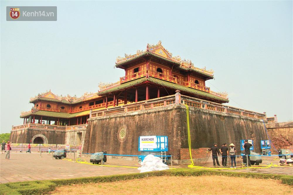 Cổng Ngọ Môn của Đại Nội Huế được khoác áo mới bằng công nghệ hơi nước nóng, trả lại màu sắc như 186 năm trước - Ảnh 1.