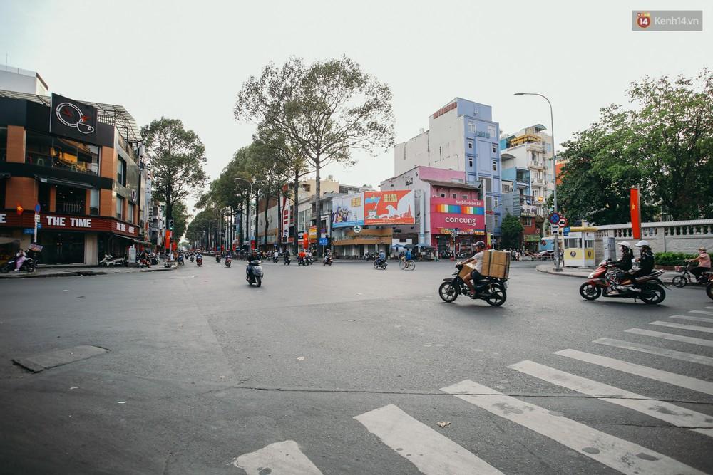 Sài Gòn bình yên lạ thường, đường phố vắng bóng phương tiện trong những ngày nghỉ lễ 30/4 - 1/5 - Ảnh 14.