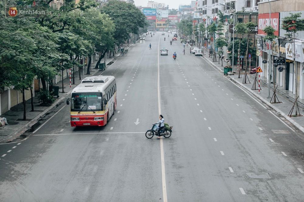 Chùm ảnh: Có một Hà Nội vắng lặng, thanh bình trong buổi sáng ngày 30/4 - Ảnh 2.