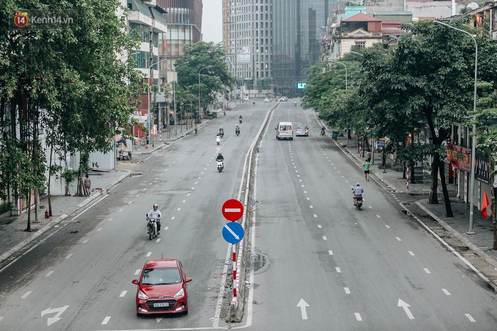 Chùm ảnh: Có một Hà Nội vắng lặng, thanh bình trong buổi sáng ngày 30/4 - Ảnh 3.