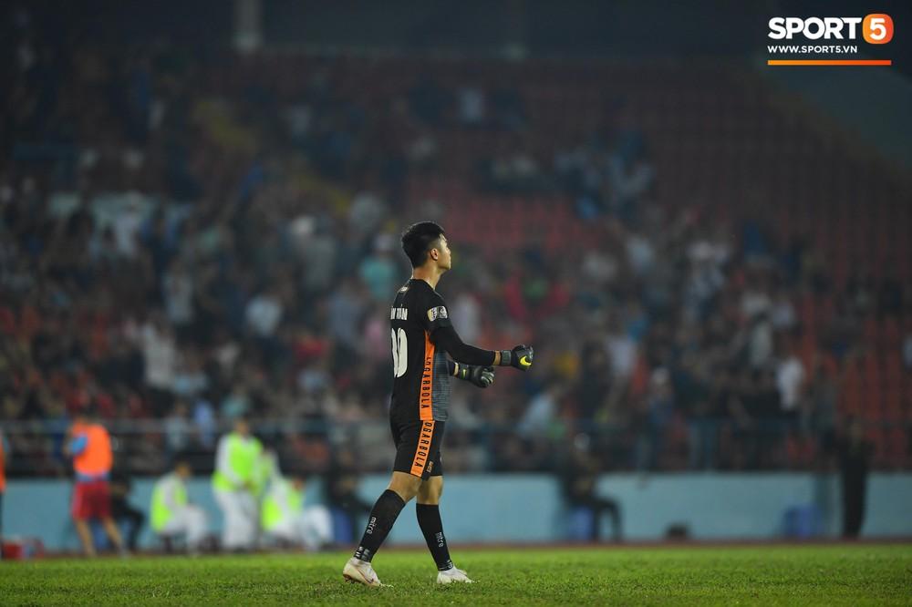 Vừa đẹp trai, thủ môn U23 của Hải Phòng còn chinh phục fangirl bằng tài năng cản phá cú sút 11m của Văn Toàn - Ảnh 13.