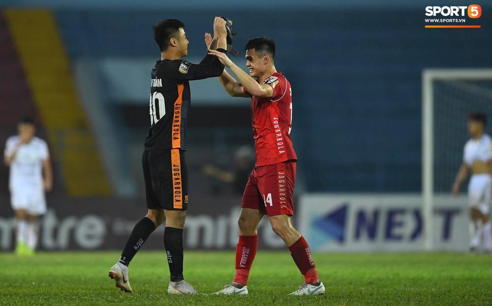 Vừa đẹp trai, thủ môn U23 của Hải Phòng còn chinh phục fangirl bằng tài năng cản phá cú sút 11m của Văn Toàn - Ảnh 12.