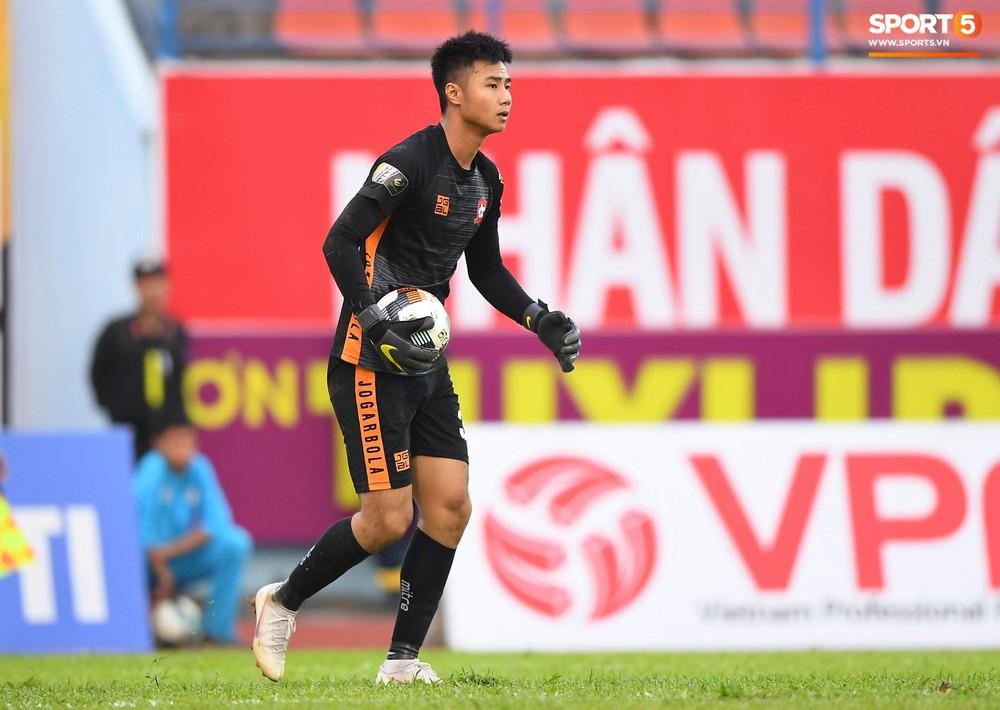 Vừa đẹp trai, thủ môn U23 của Hải Phòng còn chinh phục fangirl bằng tài năng cản phá cú sút 11m của Văn Toàn - Ảnh 3.