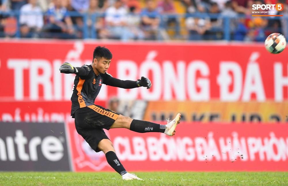 Vừa đẹp trai, thủ môn U23 của Hải Phòng còn chinh phục fangirl bằng tài năng cản phá cú sút 11m của Văn Toàn - Ảnh 8.