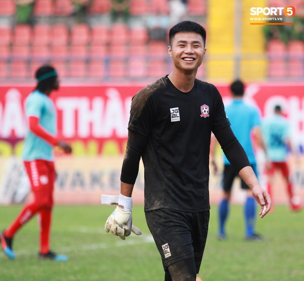 Vừa đẹp trai, thủ môn U23 của Hải Phòng còn chinh phục fangirl bằng tài năng cản phá cú sút 11m của Văn Toàn - Ảnh 1.