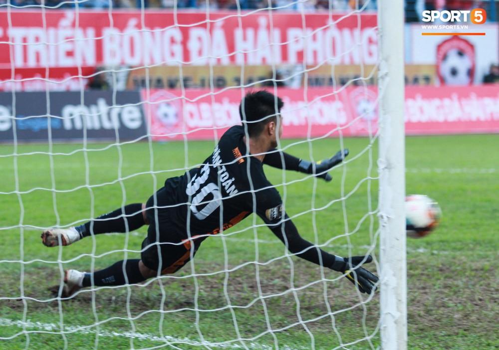 Vừa đẹp trai, thủ môn U23 của Hải Phòng còn chinh phục fangirl bằng tài năng cản phá cú sút 11m của Văn Toàn - Ảnh 9.