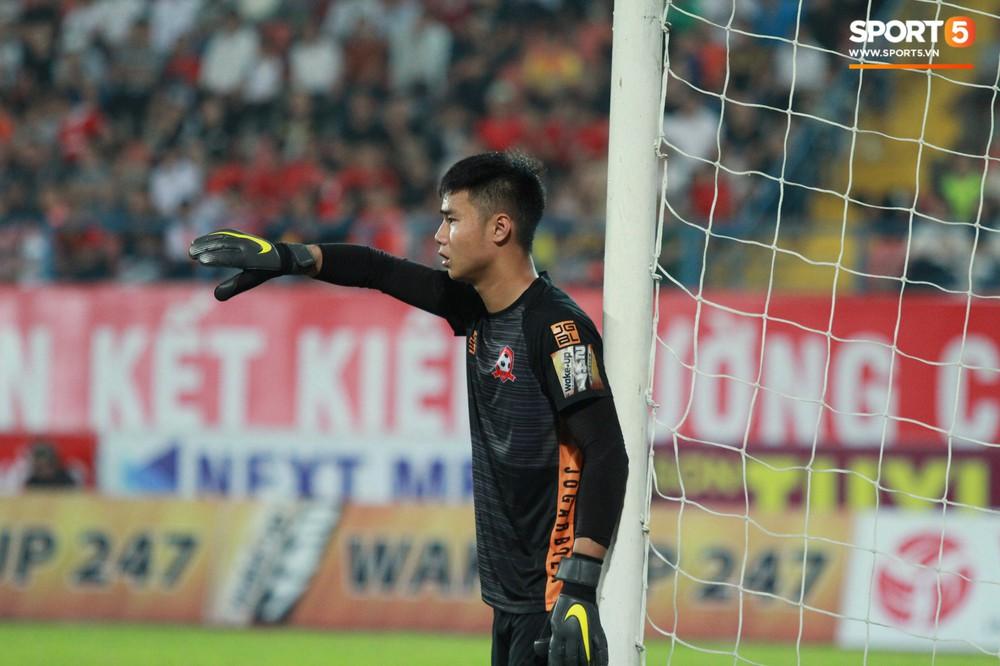 Vừa đẹp trai, thủ môn U23 của Hải Phòng còn chinh phục fangirl bằng tài năng cản phá cú sút 11m của Văn Toàn - Ảnh 4.