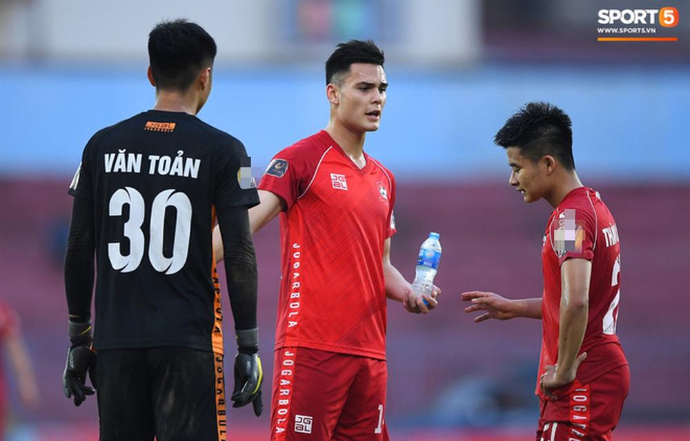 """Trung vệ Việt kiều khiến Văn Toàn """"tắt điện"""" là ai? - Ảnh 9."""