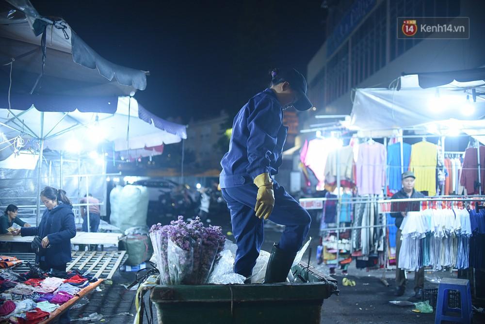 Công nhân vệ sinh ở Đà Lạt làm tăng ca 13 tiếng/ngày trong dịp lễ: Chúng tôi dọn tới đâu là vài phút sau họ lại xả ra tiếp chỗ đó... - Ảnh 1.
