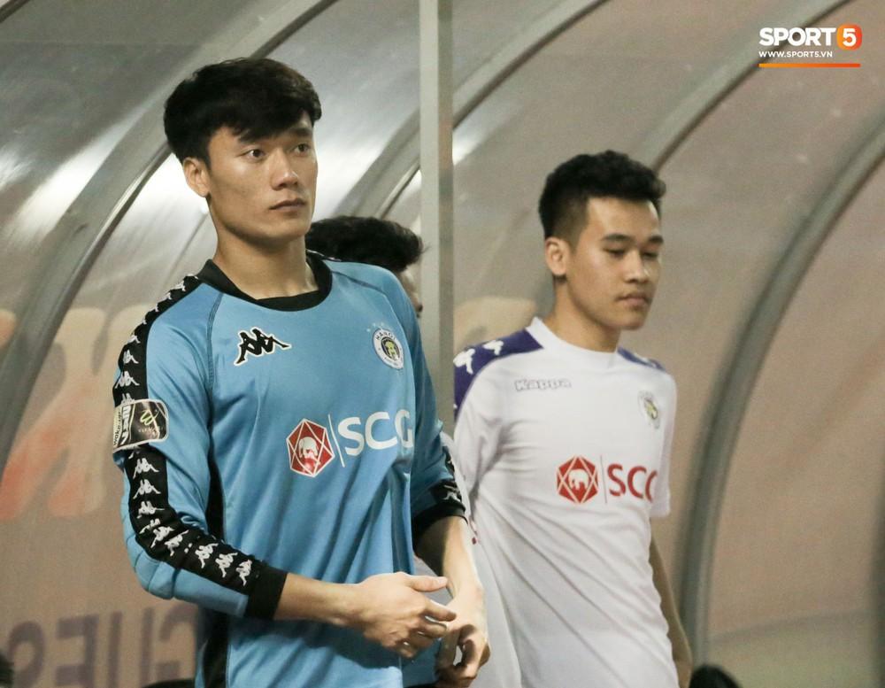 Bùi Tiến Dũng chán nản, không khí Hà Nội FC như đưa đám sau trận thua thảm trước CLB Thanh Hoá - Ảnh 2.