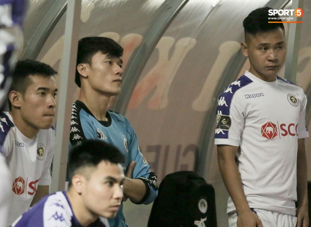 Bùi Tiến Dũng chán nản, không khí Hà Nội FC như đưa đám sau trận thua thảm trước CLB Thanh Hoá - Ảnh 1.