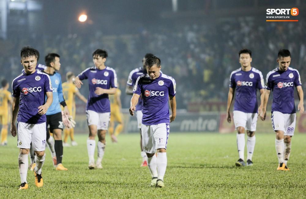 Bùi Tiến Dũng chán nản, không khí Hà Nội FC như đưa đám sau trận thua thảm trước CLB Thanh Hoá - Ảnh 8.
