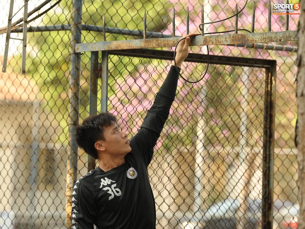 Hành động thể hiện sự tỉ mỉ, chu đáo của Bùi Tiến Dũng đối với các đồng đội Hà Nội FC - Ảnh 3.