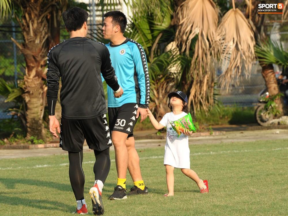 Hành động thể hiện sự tỉ mỉ, chu đáo của Bùi Tiến Dũng đối với các đồng đội Hà Nội FC - Ảnh 8.