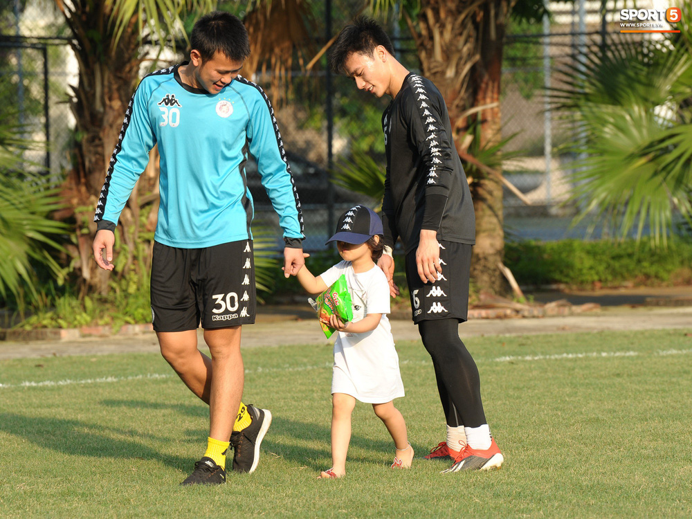 Hành động thể hiện sự tỉ mỉ, chu đáo của Bùi Tiến Dũng đối với các đồng đội Hà Nội FC - Ảnh 9.