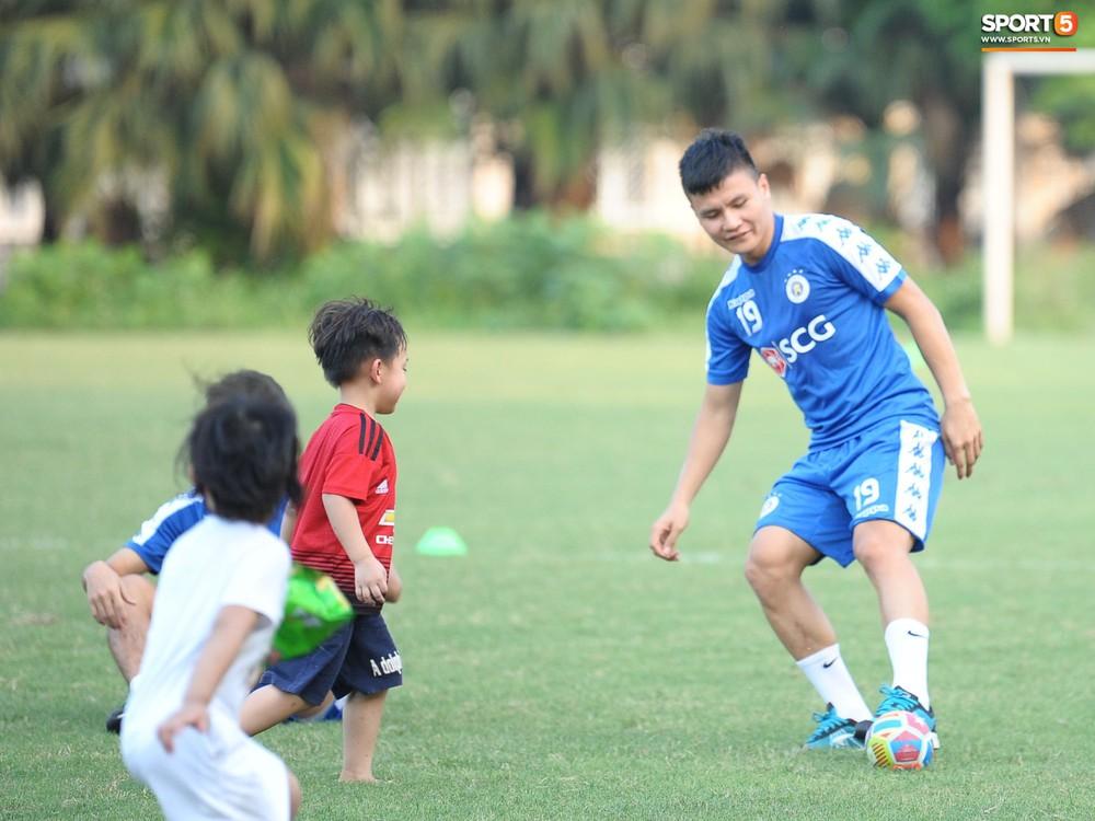 Hành động thể hiện sự tỉ mỉ, chu đáo của Bùi Tiến Dũng đối với các đồng đội Hà Nội FC - Ảnh 12.