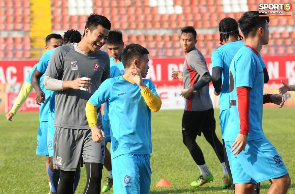 Cầu thủ Hải Phòng nhí nhảnh trên sân tập trước cuộc so tài với CLB Thanh Hóa - Ảnh 5.